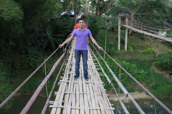 This blogger halfway across the Sipatan Hanging Bridge