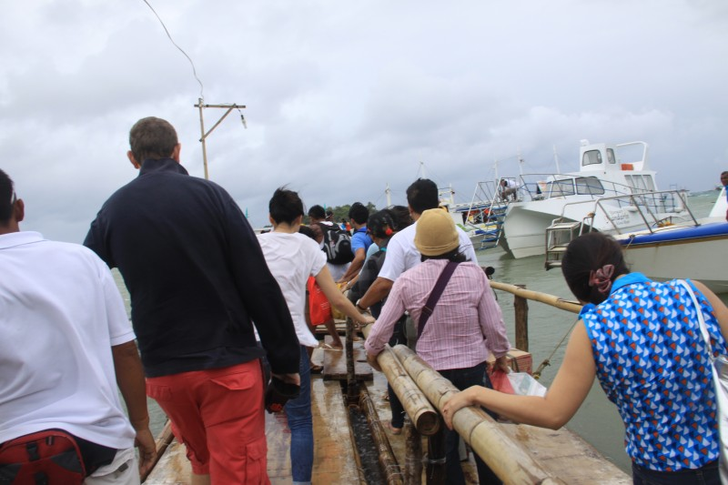 Passengers-walking-Tabon-Port-pier-going-to-Boracay